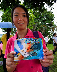 Secondary school student shows post cards they have made at the release event of juvenile Horseshoe crab ( Tachypleus tridentatus) artificially-bred by City University of Hong Kong. Ha Pak Nai Wetland...  -  Magnus Lundgren / Wild Wonders of China