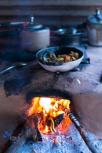 Cooking food over open fire, Nepal - Juan  Carlos Munoz