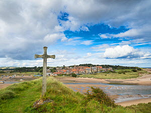 Cross on bank overlooking Alnmouth Village, Northumberland, England, UK. September 2017. - Gary  K. Smith