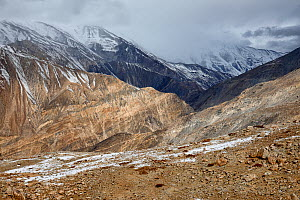 Mountain ranges with snow seen from around Nako village, in Hangrang valley, near the Indo-China (Tibet) border, Himalaya mountains, Kinnaur, Himachal Pradesh, India - Oriol  Alamany
