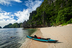 Kayak in the entrance channel to the Big Lagoon, Miniloc Island at low tide, Bacuit Archipelago, Palawan, the Philippines. - Duncan Murrell