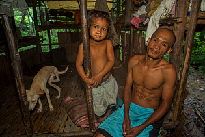 Batak man and his daughter in his house in Sitio Kalakwasan, Cleopatra's Needle Critical Habitat, Palawan, the Philippines. October 2016. - Duncan Murrell