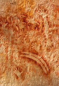 Rock art with stencilled hands and boomerang. The Art Gallery, 62m of rock with 2000 stencils, engravings and paintings. Baloon Cave, Carnarvon Gorge, Carnarvon National Park, Queensland. 2014. - Steven David Miller