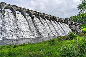 Water flowing down dam of Lake Vyrnwy reservoir following heavy rainfall. Llanwddyn, Montgomeryshire, Powys, Wales, UK. June 2019. - Alan  Williams