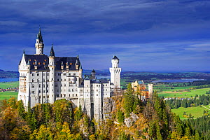Neuschwanstein Castle seen from Marienbrucke in autumn / fall, 19th-century Romanesque Revival palace at Hohenschwangau, Bavaria, Germany, October 2019 - Philippe Clement