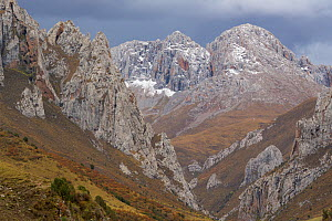 Mountains in Valley of the Cats, Angsai Nature Reserve, Sanjiangyuan National Nature Reserve, Tibetan Plateau, Qinghai, China. October 2019.  -  Staffan Widstrand / Wild Wonders of China