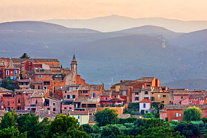 Hilltop town of Roussillon, Luberon, Provence, France, July 2008.  -  Guy Edwardes