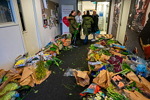 Flowers put at the personnel entrance of the Jeroen Bosch Ziekenhuis for personnel to take with them as an appreciation for their work Jeroen Bosch Ziekenhuis, Den Bosch, 's Hertogenbosch, The Net...  -  David Pattyn