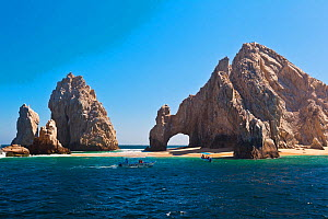 Land's End, and its famous Arch on Lover's Beach. Cabo San Lucas, Baja, Mexico, Pacific Ocean.  -  Brandon Cole