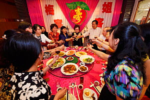 Morning tea brunch birthday celebration party in the famous Number 1 Guangzhou restaurant, Guangzhou, Guangdong, China November 2015.  -  Staffan Widstrand / Wild Wonders of China