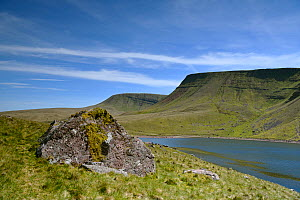 Rock of Devonian fluvial sandstone and conglomerate beside Llyn y Fan Fach, peaks of Picws Du and Fan Brycheiniog sandstone escarpment above. Near Llandovery, Brecon Beacons National Park, Wales, UK....  -  Graham Eaton