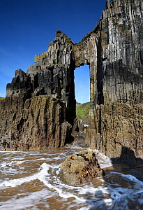 Rock arch at Skrinkle, vertical beds of carboniferous age limestone. Near Tenby, Pembrokeshire, Wales, UK. May 2019.  -  Graham Eaton