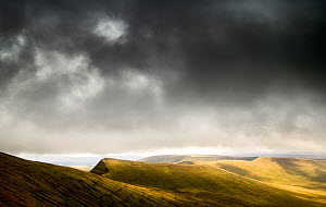 View towards Cribyn from Pen y Fan, outcrops of Devonian red sandstone. Brecon Beacons National Park, Wales, September 2018.  -  Graham Eaton