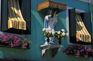 Statue of Madonna and Jesus child, Burano, Italy.  -  Roberto Rinaldi