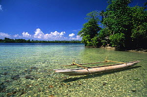 Traditional canoe (pirogue) in front of small island between New Hannover and New Ireland, Papua New Guinea  -  Roberto Rinaldi