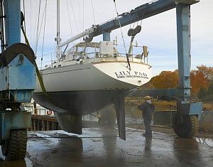 """Pressure washing cruising yacht """"Lily Pad"""" at the end of the season. - Onne van der Wal"""