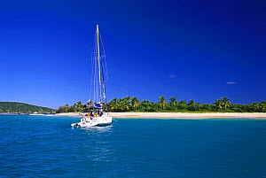 Boat approaching Sandy Cay on Jost Van Dyke Island (JV Dyke), British Virgin Islands (BVI). - Roberto Rinaldi