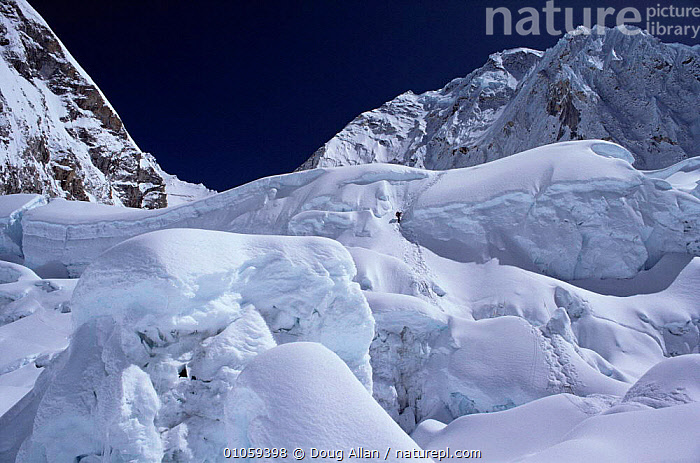 Climbers on the Khumbu icefall, Mount Everest, Himalayas, Nepal, ASIA,CLIMBING,ICE,LANDSCAPES,MOUNTAINEERING,PEOPLE,SNOW, Doug Allan