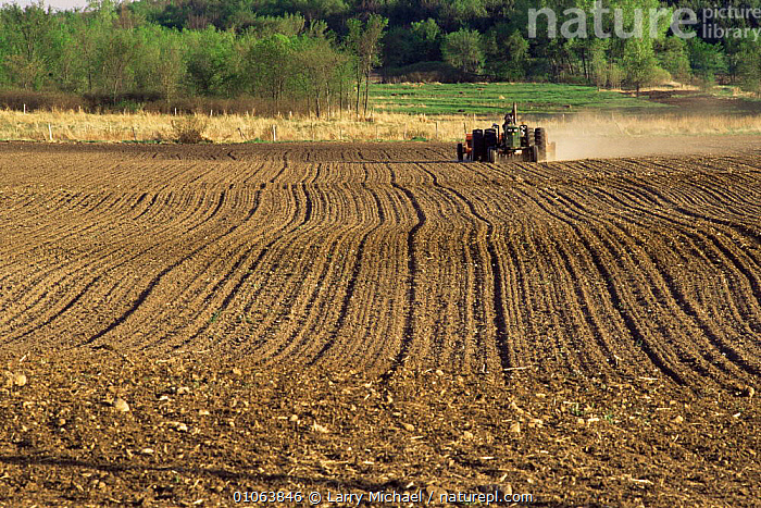 Drilling cereal seeds into farmland in spring Wisconsin, USA  ,  AGRICULTURE,CROPS,FARMLAND,LANDSCAPES,SEEDS,USA,VEHICLES,North America  ,  Larry Michael