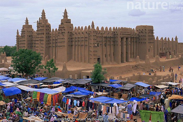 Jenne mosque with market in foreground, Mali, West Africa  ,  AFRICA,BUILDINGS,CULTURES,ELABORATE,MARKETS,MOSQUES,NORTH AFRICA,PEOPLE,TEMPLES,TRADE,TRADITIONAL,WEST AFRICA,NORTH-AFRICA  ,  Grant McDowell