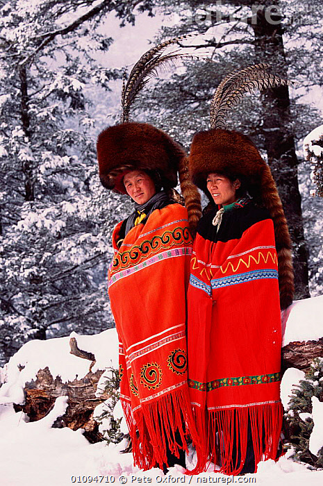 Red panda fur hats worn by Yi people (ethnic minority) in winter. Lijiang, Yunnan, China. 2002  ,  ASIA,CLOAKS,COSTUME,DRESS,ETHNIC,FEATHERS,FUR,HATS,LIJIANG,MAMMALS,PANDA,PEOPLE,PO,SKIN,SNOW,TAILS,TRADITIONAL,TRIBES,TWO,VERTICAL,WINTER,CHINA  ,  Pete Oxford