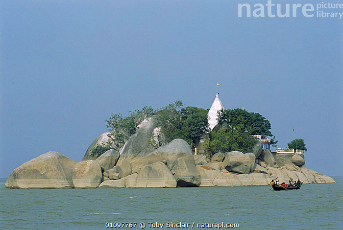 Island in river with boat Kahalgaon, Bihar, India, ASIA,INDIAN SUBCONTINENT,RIVERS,BOATS,LANDSCAPE,LANDSCAPES,INDIA,INDIAN-SUBCONTINENT, Toby Sinclair