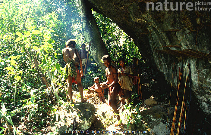 Hagahai tribal people at rock shelter, Shraeder Mountains, Papua New Guinea (tribe discovered 1985) 1992  ,  ASIA,CAVES,CHILDREN,CLIFFS,CULTURES,ETHNIC,FAMILIES,GROUPS,INDIGENOUS,MOUNTAINS,PAPUA NEW GUINEA,PEOPLE,ROCKS,SOUTH EAST ASIA,TRADITIONAL,TRIBAL,TRIBES,Geology,WEST-AFRICA  ,  John Downer