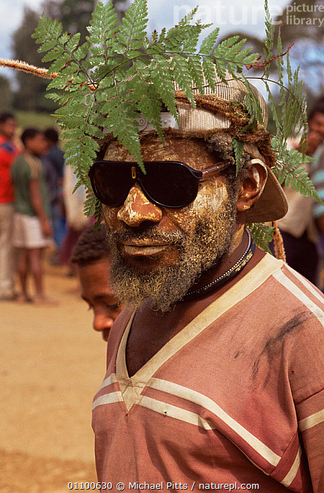 Huli man at market with fern headress, Tari, Central Highlands, Papua New Guinea  ,  ASIA,CULTURES,FERNS,HIGHLANDS,LEAVES,MALES,MAN,MODERN,OLD,PEOPLE,PLANTS,PORTRAITS,SOUTH EAST ASIA,TRADITIONAL,TRIBES,WEST-AFRICA  ,  Michael Pitts