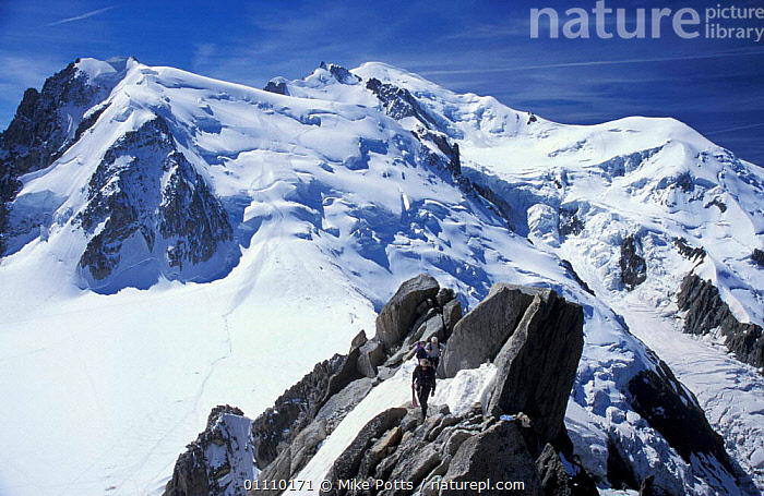 Looking towards the summit of Mont Blanc with climbers in foreground, Alps, France, CLIMBING,LANDSCAPES,LANDSCAPE,SCENIC,LANSCAPES,SCENICS,MOUNTAINS,SNOW,PEOPLE,Europe,SPORTS, Mike Potts