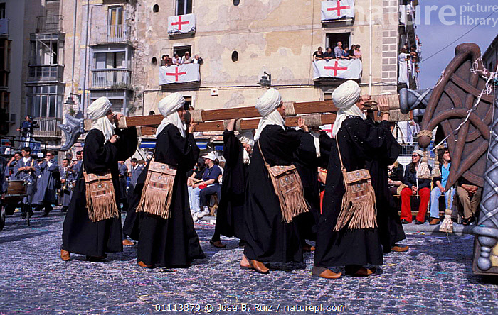'Moros y Cristianos' festival, Entrance of the Moors, Alcoy, Alicante, Spain, 2003  ,  TRADITIONAL,ARMIES,GUNS,CHRISTIANS,CITIES,CELEBRATIONS,PEOPLE,FESTIVALS,LANDSCAPES,MOORISH,Europe  ,  Jose B. Ruiz