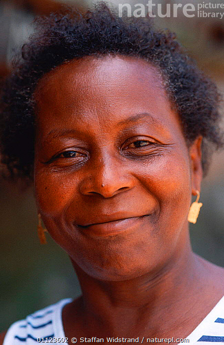 Woman portrait, Guyana  ,  FACES,LANDSCAPES,NEGROID,PEOPLE,PORTRAITS,SMILING,VERTICAL,SOUTH-AMERICA  ,  Staffan Widstrand