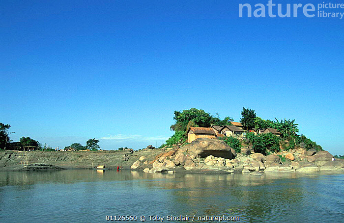 Village on the Brahmaputra river, Assam, India  ,  ASIA,HOUSES,INDIA,INDIAN SUBCONTINENT,LANDSCAPES,NORTH EAST INDIA,RIVERBANK,RIVERS,RURAL,SETTLEMENTS,VILLAGES,WATER,INDIAN-SUBCONTINENT  ,  Toby Sinclair