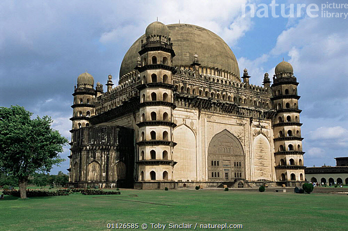 Gol Gumbaz, tomb of Mohammed Adil Shah II, Islamic ruler, Karnataka, India  ,  ASIA,BUILDINGS,LANDSCAPES,TOMBS,INDIAN-SUBCONTINENT,INDIA  ,  Toby Sinclair
