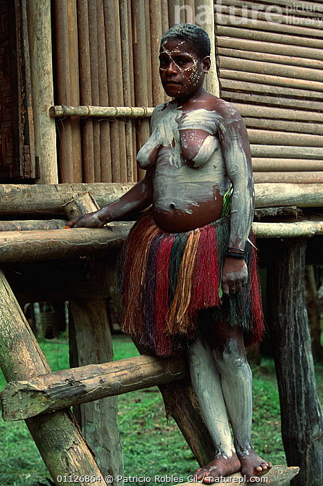 Tribal woman, Karawari river, Sepik, Papua New Guinea  ,  ASIA,BUILDINGS,CLOTHING,CULTURES,FEMALES,HOMES,INDIGENOUS,PAPUA NEW GUINEA,PEOPLE,SOUTH EAST ASIA,TRADITIONAL,TRIBAL,TRIBES,VERTICAL,WOMAN,WEST-AFRICA  ,  Patricio Robles Gil