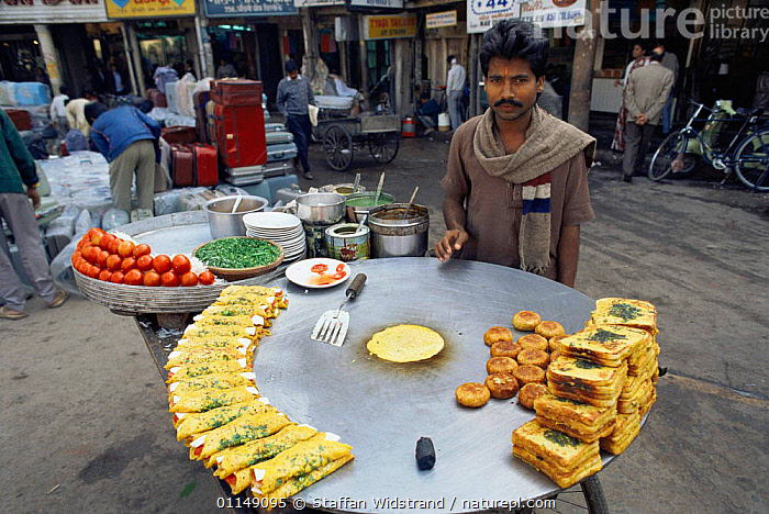 Typical street scene, with food trader, Old Town, Delhi, India  ,  ASIA,CITIES,food,indian subcontinent,PEOPLE,streets,TRADE,TRADITIONAL,vendor,INDIAN-SUBCONTINENT  ,  Staffan Widstrand