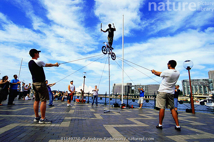 Street performers, near the Opera House, Sydney, New South Wales, Australia  ,  AUSTRALASIA,AUSTRALIA,BICYCLE,CITIES,ENTERTAINMENT,HARBOURS,PEOPLE,TOURISM,URBAN,Europe,WALES  ,  Andrew Parkinson