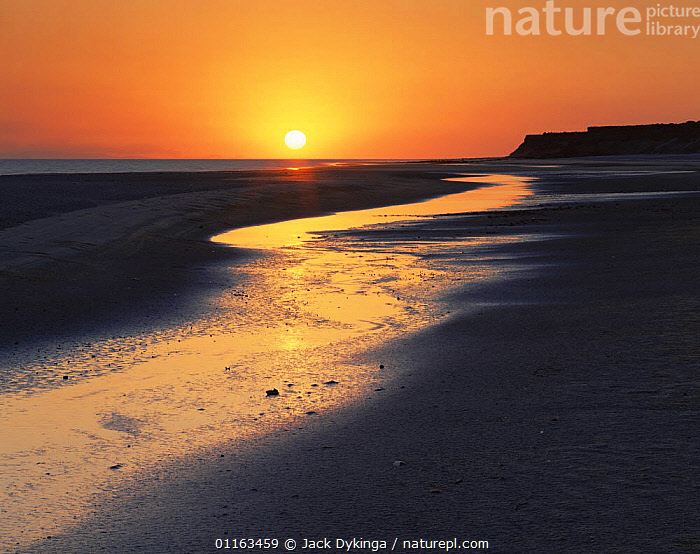 Sun setting over sea, El Golfo Biosphere Reserve, Mexico  ,  BEACHES,CENTRAL AMERICA,CENTRAL AMERICA,CLIFFS,COASTS,LANDSCAPES,SUN,SUNSET,WATER,Geology,CENTRAL-AMERICA  ,  Jack Dykinga