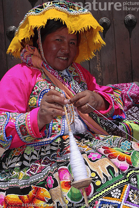 Indian woman in traditional dress spinning wool, Cusco, Peru 2006.  ,  ANDES,CENTRAL AMERICA,CRAFTS,CULTURES,PORTRAITS,SOUTH AMERICA,VERTICAL,SOUTH-AMERICA  ,  Juan Manuel Borrero