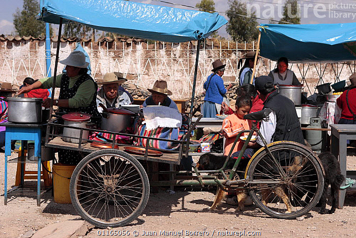 Indian men and women selling goods at market, Chinchero, Sacred Valley, Peru 2006.  ,  ANDES,MARKETS,PEOPLE,SOUTH AMERICA,TRADE,SOUTH-AMERICA  ,  Juan Manuel Borrero