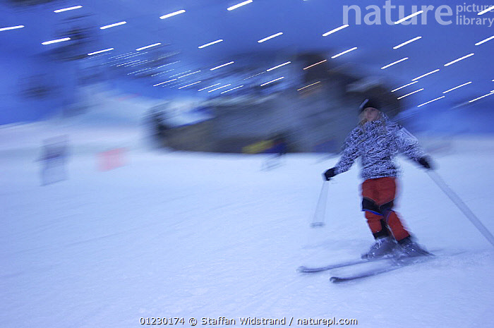 Indoor skiing in the ski centre in Dubai City, UAE, March 2007., ARABIA,ARTIFICIAL SNOW,CHILDREN,INDOORS,LEISURE,PEOPLE,SKIING,TOURISM,SPORTS, Staffan Widstrand