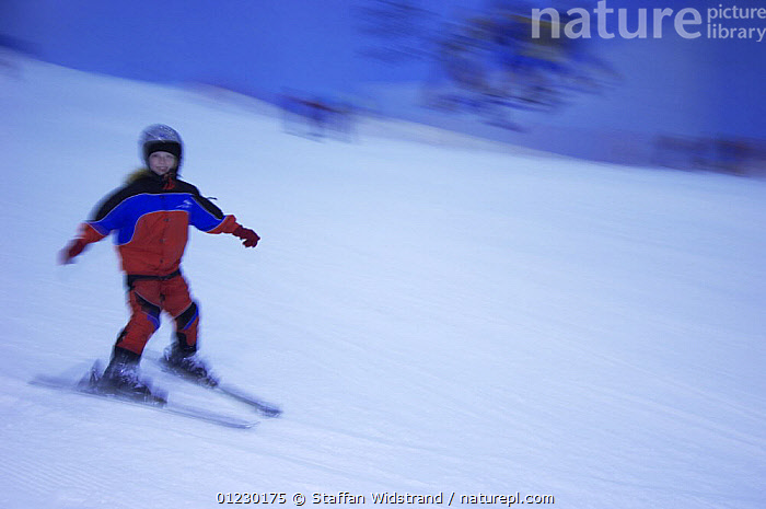 Indoor skiing in the ski centre in Dubai City, UAE, March 2007, ARABIA,ARTIFICIAL SNOW,CHILDREN,INDOORS,LEISURE,PEOPLE,SKIING,TOURISM,SPORTS, Staffan Widstrand