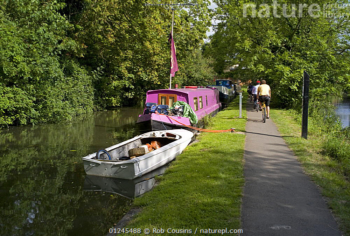 Boats moored by the towpath on the Oxford Canal at Oxford, UK. August 2009., CANAL BOATS,CANALS,EUROPE,FOOTPATHS,MIXED BOATS,MOORED,OPEN BOATS,PROVISIONS,RIVERS,SUMMER,UK,WOODLANDS,BOATS, BARGES  , United Kingdom, United Kingdom, Rob Cousins