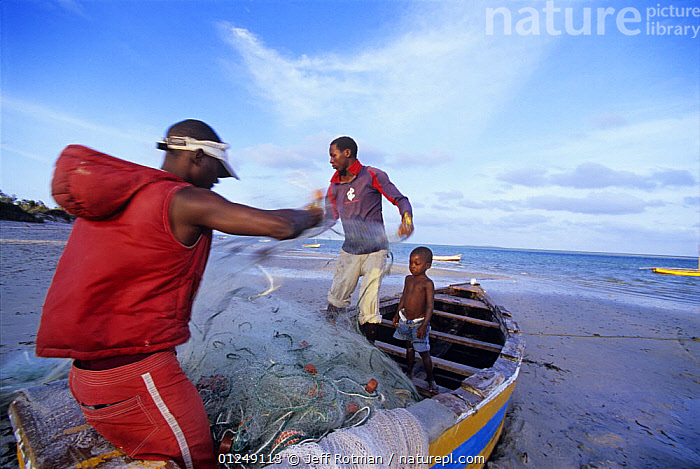 Fishermen prepare gill net, Inhassoro, Mozambique, November 2008  ,  ABOARD,AFRICA,BEACHES,BOATS,COASTS,DRY LAND,ENVIRONMENTAL,FISH,FISHING,FISHING BOATS,OPEN BOATS,OVERFISHING,PEOPLE,PROCEDURES,SOUTHERN AFRICA,TRADITIONAL,TROPICAL,WOODEN  ,  Jeff Rotman