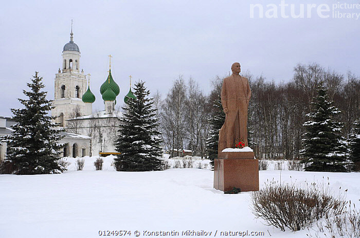 Small town in winter with church and statue of Lenin, Poshekhonie, Yaroslavl Oblast, Russia, March 2009  ,  BUILDINGS,CHURCHES,EUROPE,LANDSCAPES,RUSSIA,SNOW,STATUES,TOWNS,WINTER  ,  Konstantin Mikhailov
