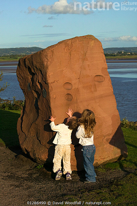 Children examining rock feature on banks of the Severn Estuary. England, August 2009  ,  CHILDREN,CLIMATE CHANGE,ENVIRONMENTAL,ESTUARIES,EUROPE,HOLIDAYS,LANDSCAPES,LEISURE,PEOPLE,PLAYING,RIVERS,ROCKS,TIDES,TOURISM,UK,VERTICAL,VIEWS,WATER,Concepts, United Kingdom  ,  David Woodfall