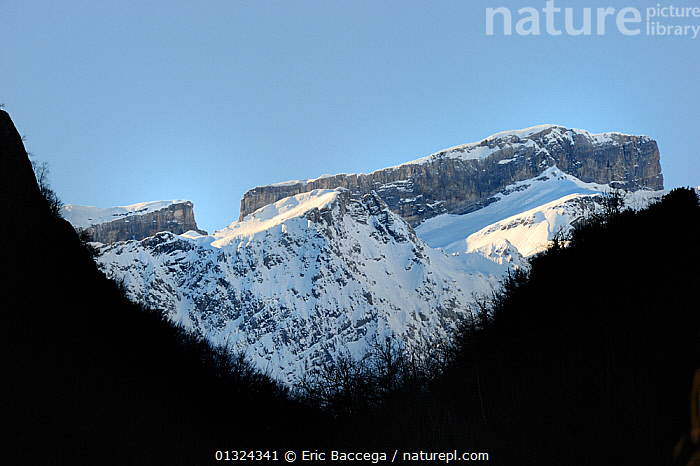 Breche de Roland, gap in mountain ridge, in winter, Gave de Gavarnie valley, Pyrenees mountain, Hautes-Pyrenees, Gascogne, France, January 2011  ,  CONCEPTS,DRAMATIC,EUROPE,FRANCE,GEOLOGY,LANDSCAPES,MOUNTAINS,SNOW,TRAVEL,WINTER  ,  Eric Baccega
