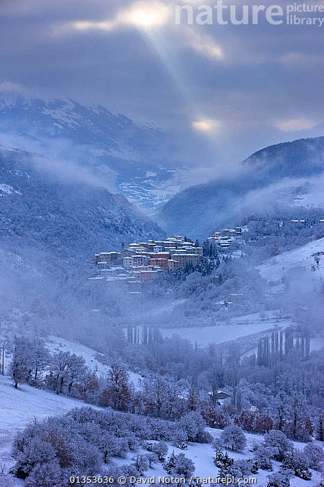 Preci at dawn in winter. Valnerina, Monti Sibillini National Park, Umbria, Italy, February 2010.  ,  APENNINES,COLD,EUROPE,ITALY,VERTICAL,APPENNINES,COMMUNES,FROST,ICE,LANDSCAPES,NP,SNOW,VILLAGES,WINTER,Weather,National Park,Apennines,Appennines,  ,  David Noton