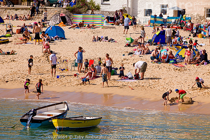 Holiday makers on the beach in the sun, St. Ives Harbour, Cornwall, England, UK, June 2011  ,  BEACHES,BOATS,CAUCASIAN,EUROPE,GROUPS,OPEN BOATS,OUTDOORS,SAINT IVES,ST IVES,SUMMER,2020VISION,CROWDS,ENGLAND,LEISURE,PEOPLE,SEAS,SMALL,TOURISM,UK,SIZE ,United Kingdom  ,  Toby Roxburgh / 2020VISION