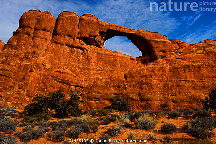 Skyline Arch, Arches National Park, Utah, USA November 2012  ,  HUMAN,HUMANS,PERSON,PERSONS,THE AMERICAS,AMERICAS,NORTH AMERICA,  ,  Jouan Rius