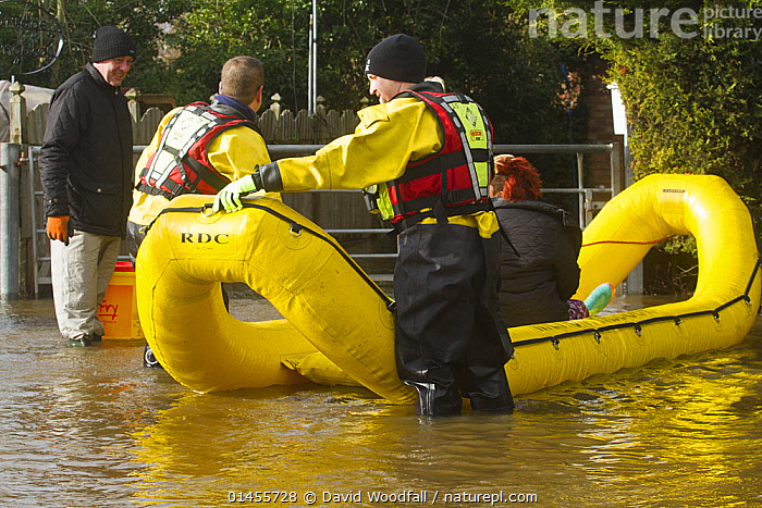 Rescue flood volunteers from Mercia Rescue Service with inflatable raft evacuating home owners during the February 2014 floods, Upton on Severn, Worcestershire, England, UK, 9th February 2014., PEOPLE,HUMAN,HUMANS,PERSON,PERSONS,MALES,MEN,RESCUE,RESCUES,RESCUING,SAVING,INFLATABLE,EUROPE,WESTERN EUROPE,WEST EUROPE,UK,BRITAIN,GREAT BRITAIN,UNITED KINGDOM,ENGLAND,WORCESTERSHIRE,BOAT,BOATS,RAFT,FLOATING PLATFORM,FLOATING PLATFORMS,RAFTS,FLOODED,FLOODING,FLOODS,FLOODWATER,FLOODWATERS,WATER,WEATHER,ENVIRONMENT,ENVIRONMENTAL ISSUES,ENVIRONMENTAL ISSUE,GLOBAL WARMING,GREENHOUSE EFFECT,OPEN BOAT,OPEN BOAT,OPEN BOATS,VOLUNTEER,VOLUNTEERING,VOLUNTEERS,CLIMATE CHANGE,OPEN-BOATS, David  Woodfall